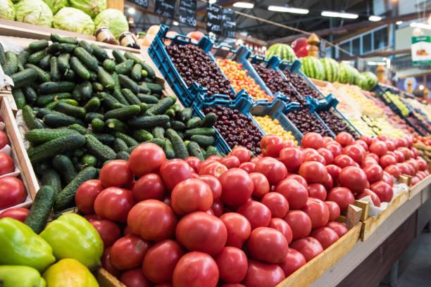 groenteboer markt teller - bazaar stockfoto's en -beelden