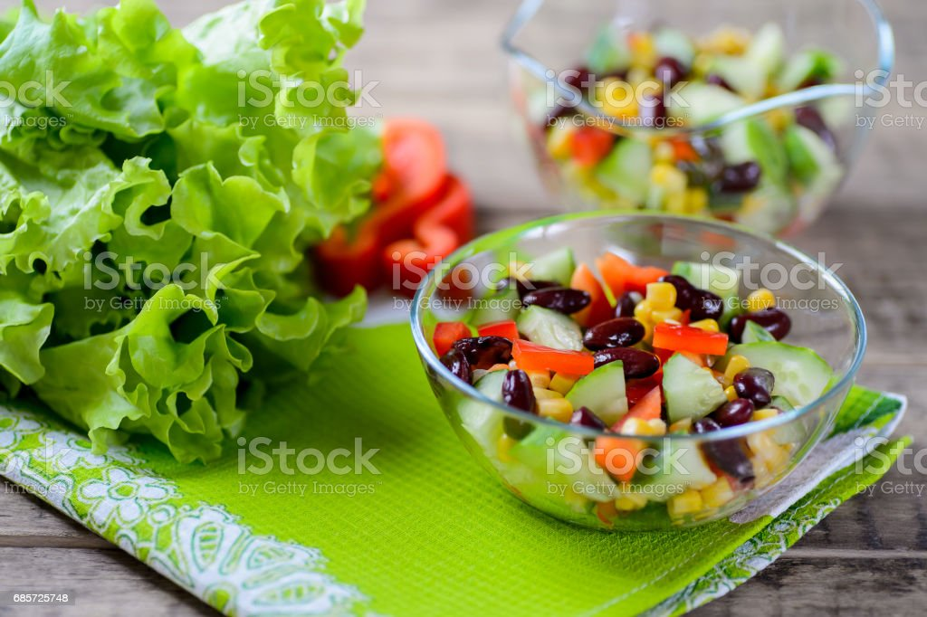 Vegetable green salad with sweet pepper, cucumbers and haricot foto de stock royalty-free