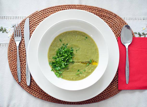 gemüse grün-suppe - spinatsuppe stock-fotos und bilder