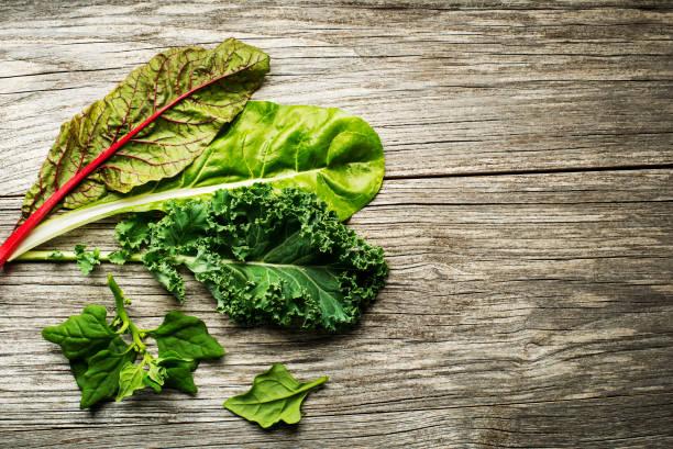 pflanzliche blätter salat - mangoldgemüse stock-fotos und bilder