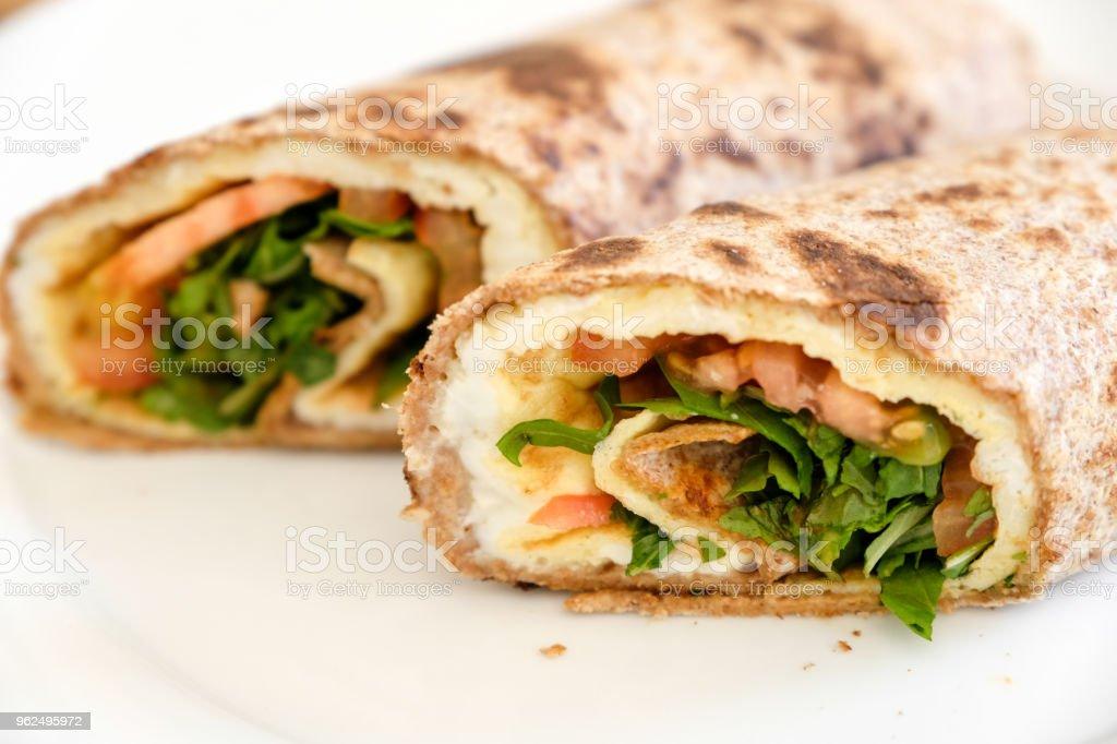 Envoltório de omelete de legumes para o almoço, um da refeição vegetariana 5 dias para a semana vegetariana nacional, Inglaterra - Foto de stock de Alimentação Saudável royalty-free