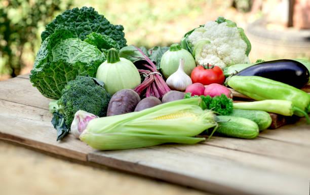 vegetable on table, fresh organic vegetables in healthy eating - kapustowate zdjęcia i obrazy z banku zdjęć