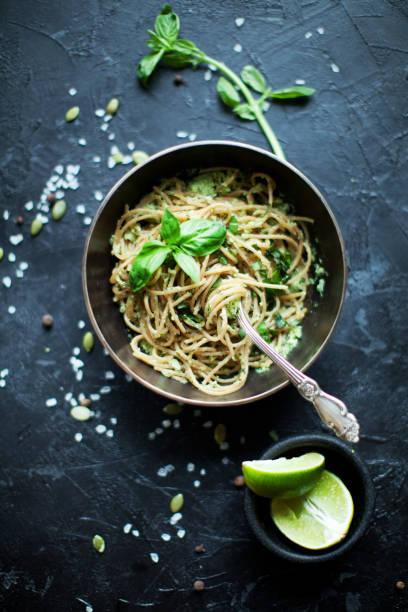 vegetarische pasta - italienische lebensart stock-fotos und bilder