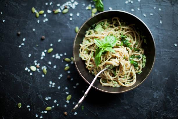 vegetarische pasta - spaghetti mit spinat stock-fotos und bilder