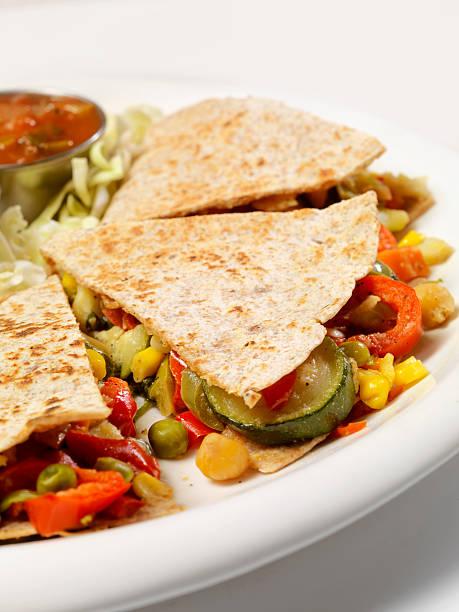 gemüse quesadilla - gefüllte zucchini vegetarisch stock-fotos und bilder