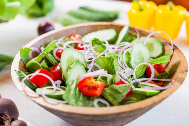 bol de salade de légumes sur la table de la cuisine, alimentation équilibrée - saladier photos et images de collection