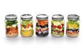 野菜サラダにガラスの瓶、白色背景