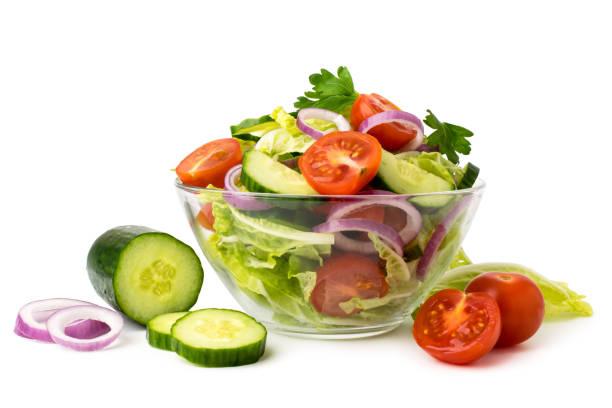蔬菜沙拉在玻璃板和成分黃瓜, 番茄, 洋蔥上的白色。孤立。 - 沙律碗 個照片及圖片檔