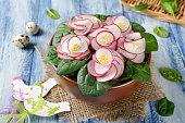 野菜サラダに木製テーブルブルーバイオレット