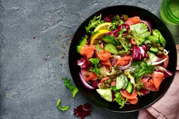 groente salade met gezouten zalm - salade stockfoto's en -beelden