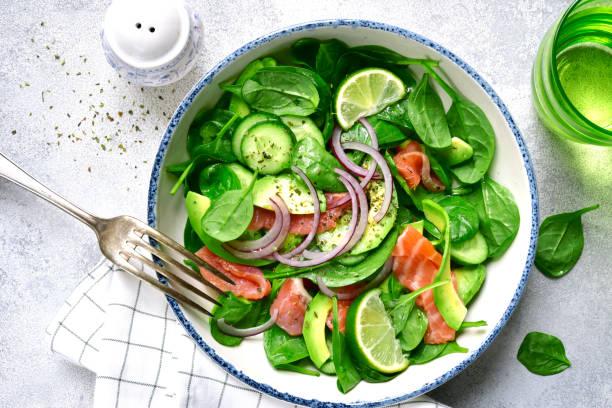 Salada de legumes com salmão salgado - foto de acervo