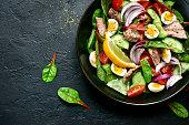 マグロの切り身と野菜のサラダ