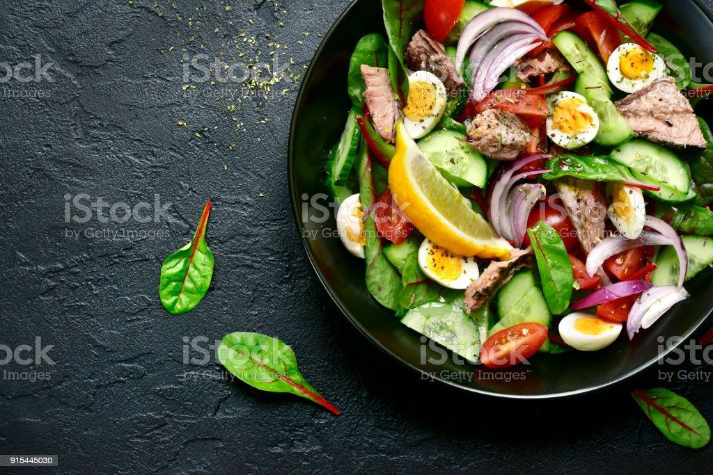 マグロの切り身と野菜のサラダ ストックフォト