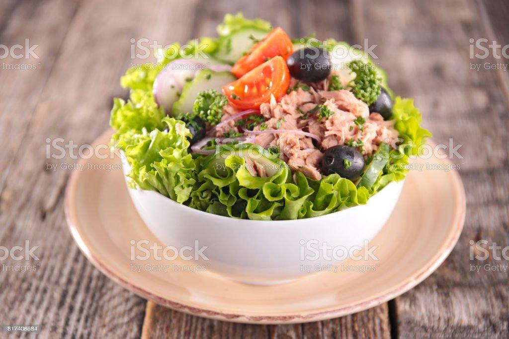 Ensalada de verduras con atún - foto de stock