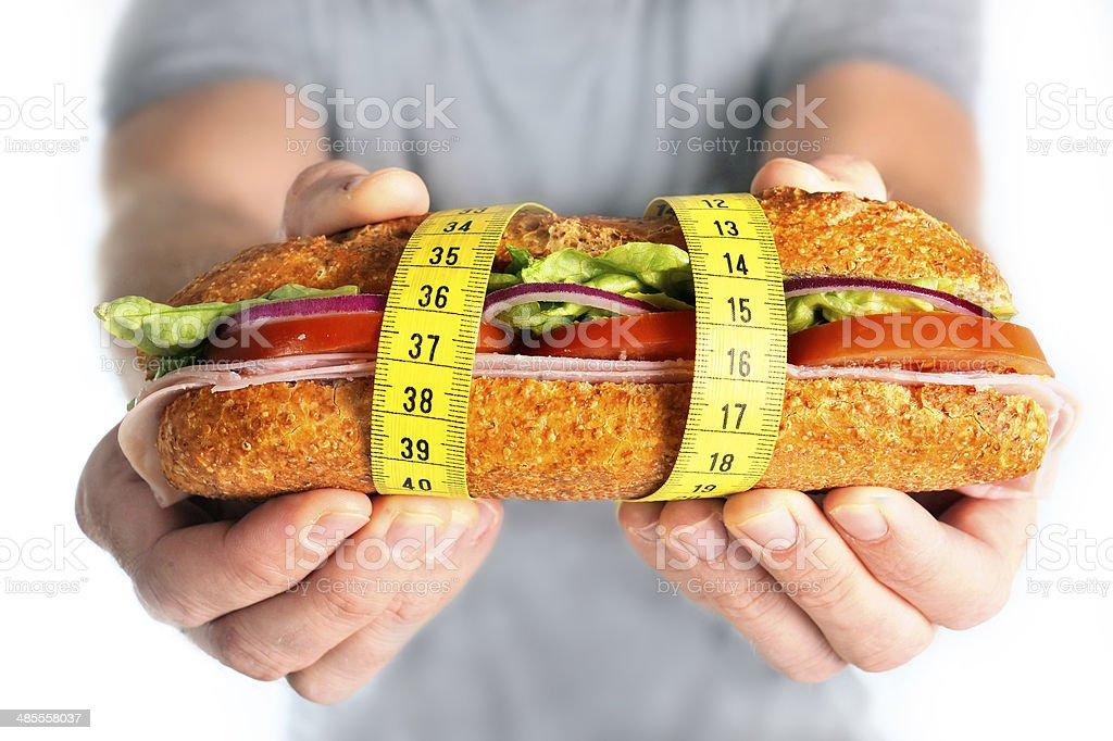 Sándwich de vegetales envueltos en concepto de dieta cinta de medir - Foto de stock de Adulto libre de derechos