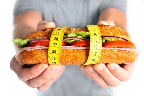 Sándwich De Vegetales Envueltos En Concepto De Dieta Cinta De Medir Foto de stock y más banco de imágenes de Adulto