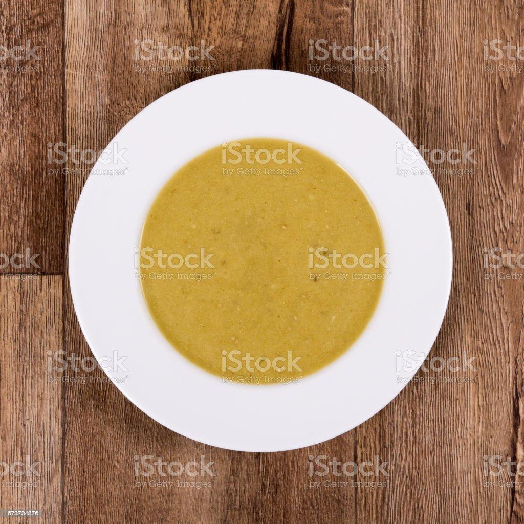 Vegetable soup on a wooden table photo libre de droits