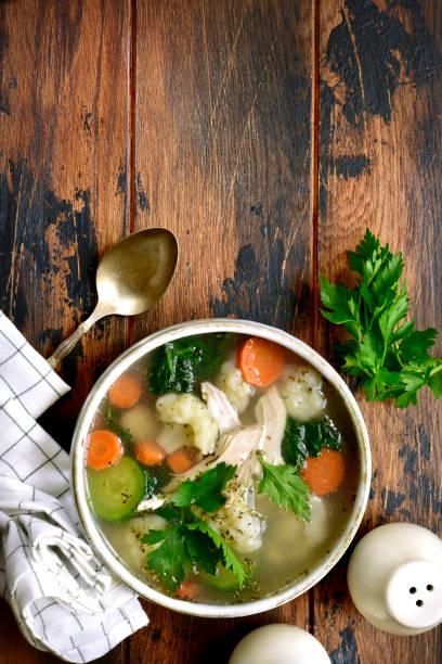 gemüsesuppe mit hähnchenfilet - spinatsuppe stock-fotos und bilder