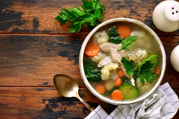 Gemüsesuppe mit Hähnchenfilet – Foto