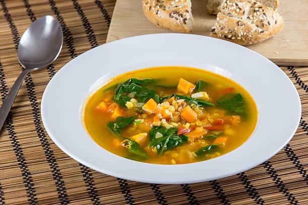 gemüsesuppe mit linsen - spinatsuppe stock-fotos und bilder