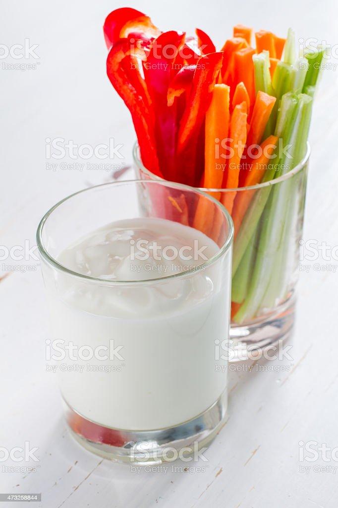 Stöcke Gemüse (Paprika, Sellerie und Karotte) in Glas und Joghurt – Foto