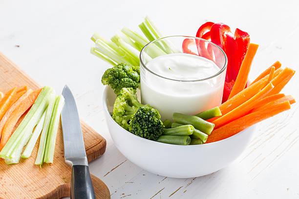 Stöcke Gemüse (Paprika, Sellerie und Karotte, Brokkoli) in Weiß Schüssel – Foto