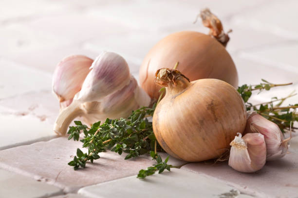 verdura immagini: cipolla, aglio e timo - aglio alliacee foto e immagini stock