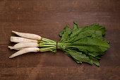 木製の背景にたくさんの大根の野菜: 平面図