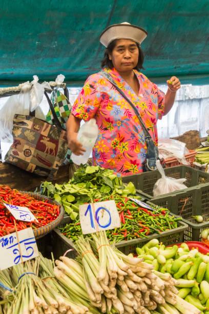 Gemüseverkäufer auf dem Khlong Toei Markt. – Foto