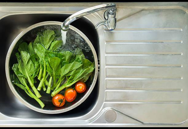 gemüse waschen - wasch oder spülbecken stock-fotos und bilder