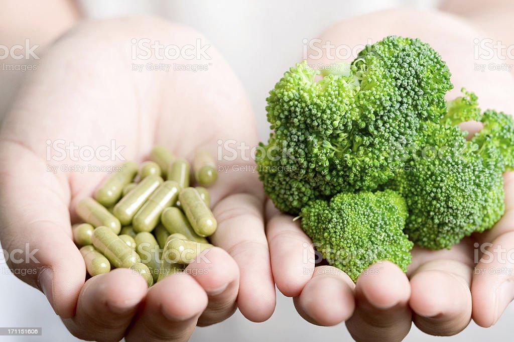 Vegetal con el medicamento. - foto de stock