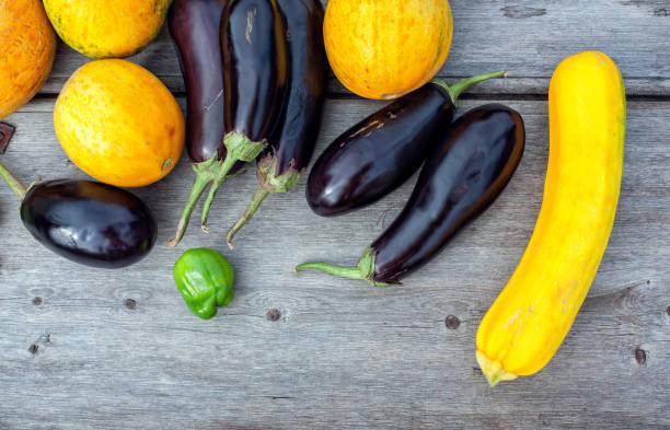 Legumes e colheita de frutas em close-up de mesa de madeira velha - foto de acervo