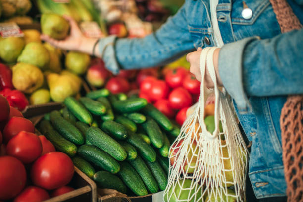 Vegetables and fruit in reusable bag on a farmers market, zero waste concept Close-up of ecologically friendly reusable bag with fruit and vegetables supermarket stock pictures, royalty-free photos & images