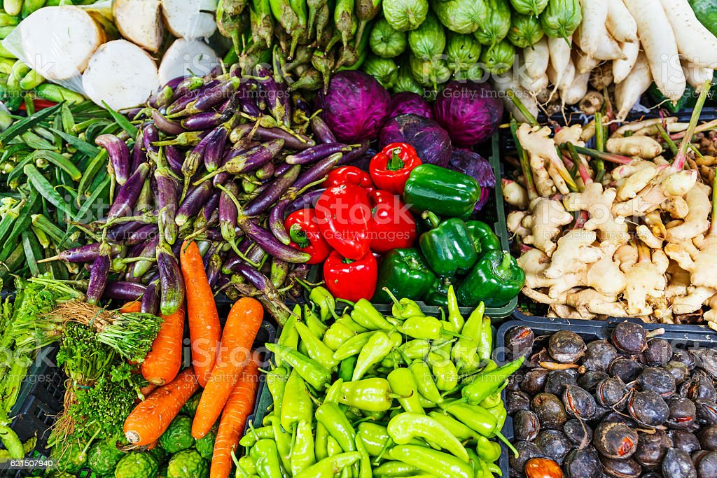 Vegetables and fruit on market stall photo libre de droits