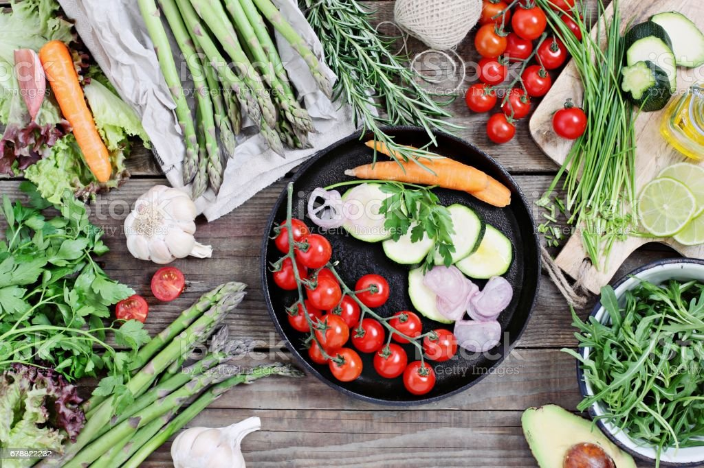 Vegetables and herbs.Seasonal table for vegetarian, clean eating and super food concept ingredients . photo libre de droits