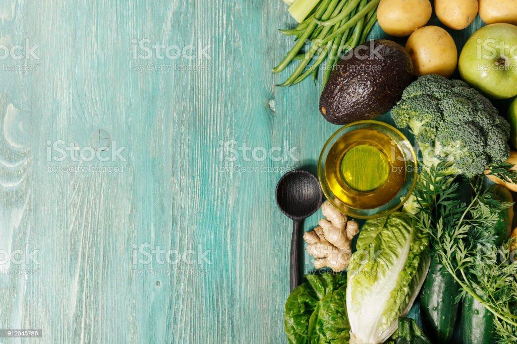 Gemüse Und Öl Auf Holztisch Stockfoto und mehr Bilder von ...