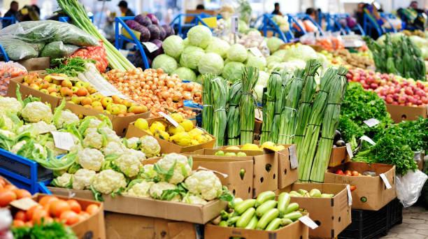 verdura al mercato di prodotti agricoli - bazar mercato foto e immagini stock