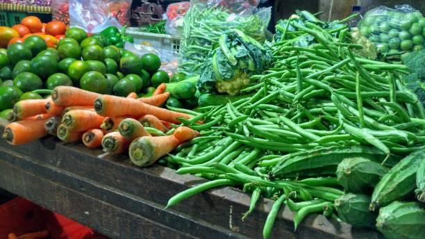 Legumes em banca de mercado - foto de acervo