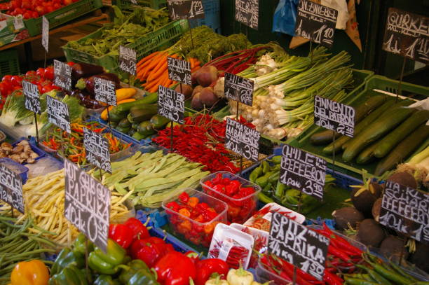 gemüse am naschmarkt markt - naschmarkt stock-fotos und bilder