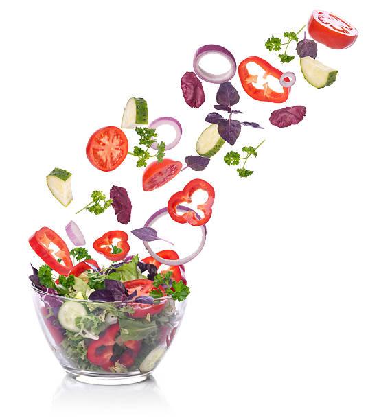 Gemüse für einen Salat mit Kopfsalat fallen. Isoliert auf weiß. – Foto
