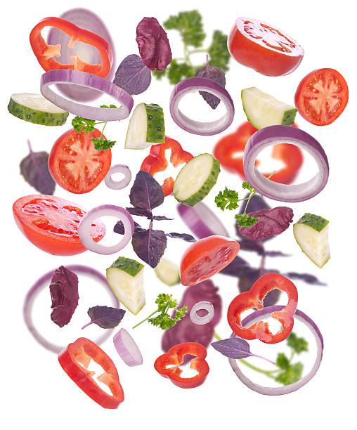 Gemüse für einen Salat auf weißem Hintergrund. – Foto