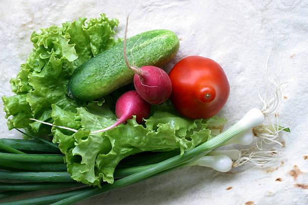 gemüse für salat - peperoni stiche stock-fotos und bilder