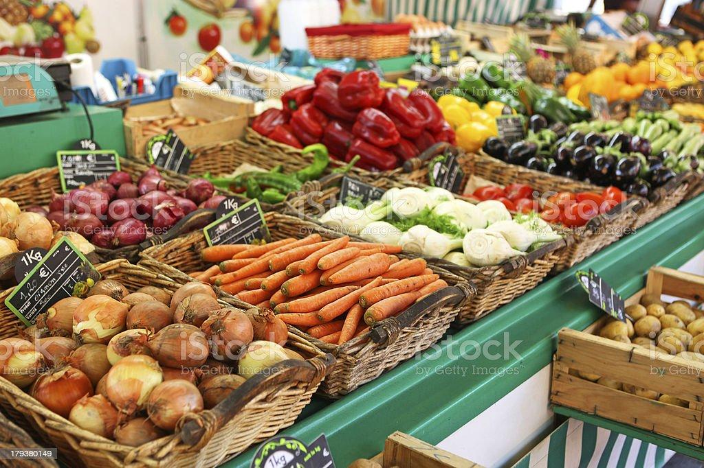 Verduras para la venta en el mercado de agricultores en Francia - foto de stock