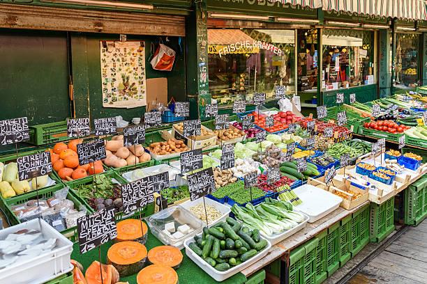 gemüse zum verkauf in nashville öffentlichkeit markt in wien - naschmarkt stock-fotos und bilder