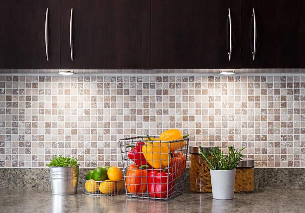 gemüse, obst und kräutern, die in einer küche mit einer gemütlichen beleuchtung - küchenorganisation stock-fotos und bilder