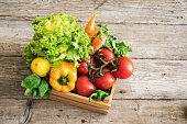 木製のテーブル上のバスケットの野菜