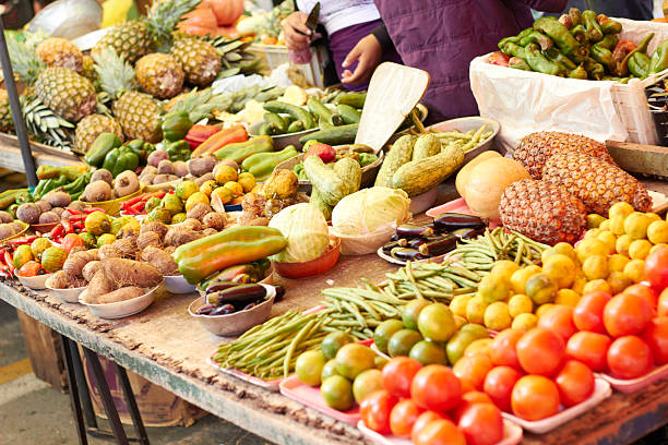 vegetables in farmer~s market, sao paulo, brazil - bazaar stockfoto's en -beelden