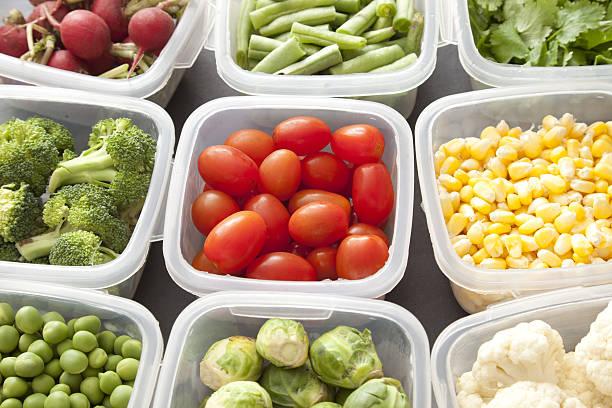 Verduras en recipientes de plástico - foto de stock