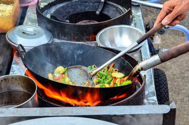 gemüse in wok - kochinsel stock-fotos und bilder