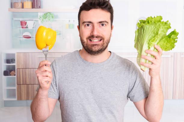pflanzliche zutat und mann bereit zu essen - abnehmen leicht gemacht stock-fotos und bilder